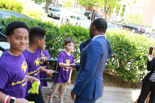 Mayor Stoney shakes the hand of a young Richmonder.